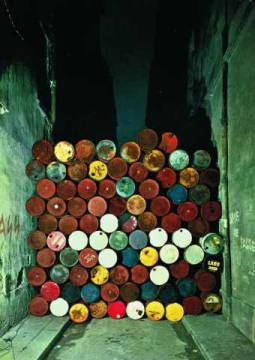Kunstkarte: Christo und Jeanne-Claude, Wall of Oil Barrels