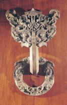 Chinesische Malerei - 'P'u shou' door knocker with a taotie design surmounted by a phoenix and holding a ring with sculpted animals, from Hia-Tou, Yi-
