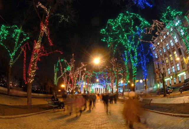 Weihnachtsbeleuchtung Auf Rechnung.Foto Kunstdruck Odessa Fischauge Weihnachtsbeleuchtung Fussgänger Von Prisma F1 Online Auf Glossy Normal
