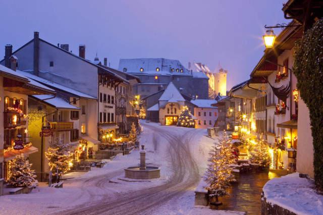 Weihnachtsbeleuchtung Auf Rechnung.Foto Kunstdruck Gruyëres Fr Weihnachtsbeleuchtung Dorf Weihnachten Advent Kanton Fribourg Freiburg Schweiz Beleuchtung Abends Schnee Von