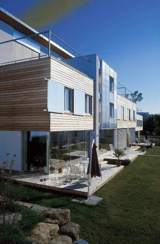 Werner Dieterich (F1 Online), Moderne Architektur Wohnhaus Garten Terrasse  Fassade Holz Glas Kubismus Balkon Flachdach Rasen