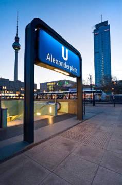 steiner u bahn schild alexanderplatz berlin deutschland kunstdruck. Black Bedroom Furniture Sets. Home Design Ideas