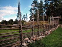 Hajo (F1 Online) - Traditioneller Zaun aus Holzstangen / traditional fence made of wooden rods, Organic farm, History, Typical, Typic