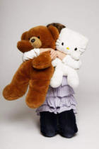 Johnér (F1 Online) - Girl hugging her hello kitty doll and teddy bear