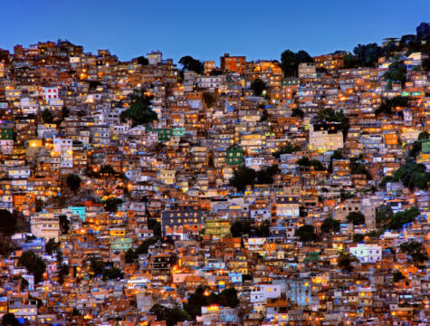 Foto-Kunstdruck: Adelino Alves, Nightfall in the Favela da Rocinha