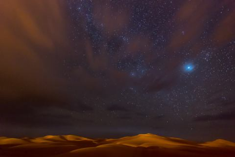Foto-Kunstdruck: Tristan Shu, Stars, Dunes and Clouds in Marzuga Desert